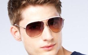 vyras-su-akiniai-virselis
